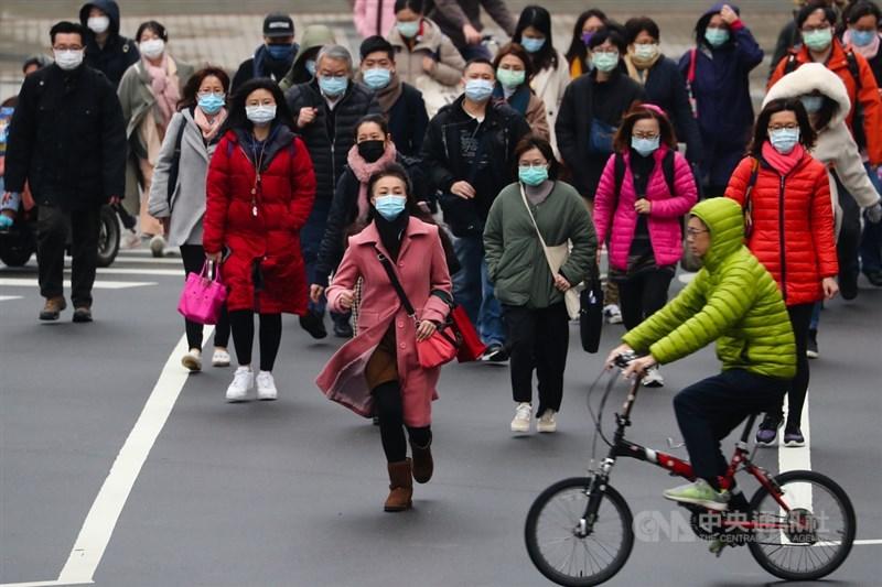 氣象局13日表示,截至上午7時,包含台北、台中等11個人工測站氣溫創入冬以來新低;氣象專家吳德榮說,因強輻射冷卻作用,即日起連3天日夜溫差大。中央社記者王騰毅攝 110年1月12日