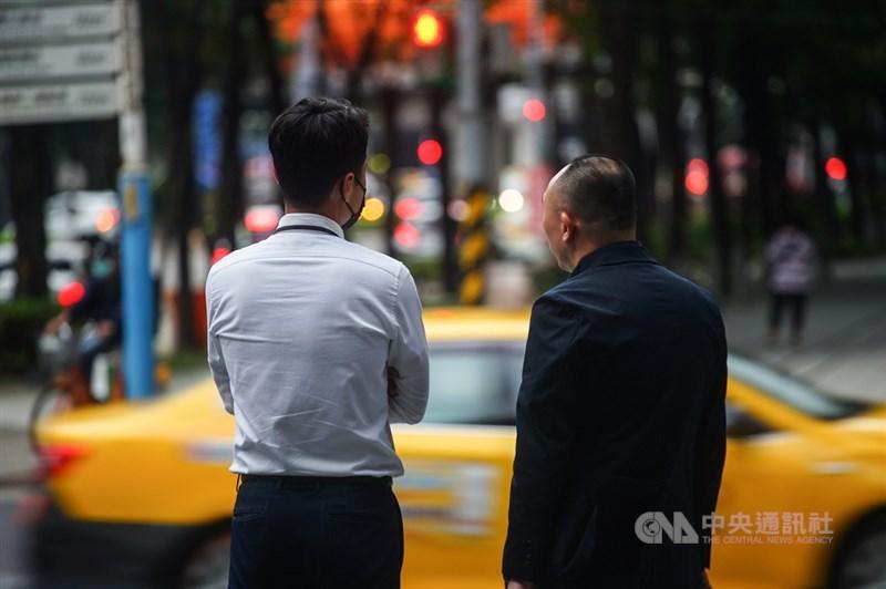 台灣人口首度負成長,勞工延緩退休、提升中高齡勞動力參與率是不可不面對的議題。圖為台北街頭上班族。(中央社檔案照片)