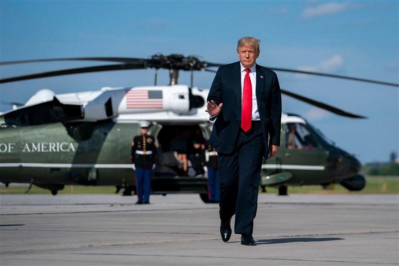 美國總統川普(前)12日說,憲法第25修正案對他構成「零風險」,他不擔心。(圖取自facebook.com/WhiteHouse)