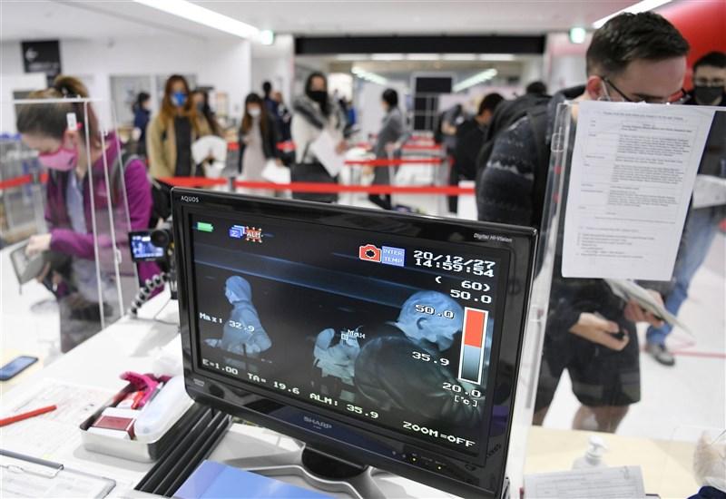 為預防武漢肺炎變種病毒株入侵,日本政府打算禁止與台灣、中國等11國商務人士往來的措施。圖為成田機場入境檢疫站。(共同社)