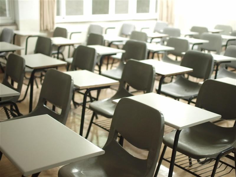 指揮中心13日指出,染疫護理師在學校接觸43人中有39人是學生、4名老師,學生都是陰性,老師的結果還沒出爐。(示意圖/圖取自Unsplash圖庫)
