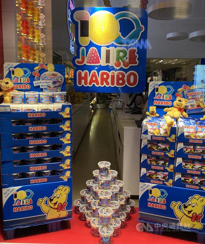 德國政府為鼓勵生育支出的金額相當可觀,兒童相關產業龐大。圖為去年慶祝創業百年的知名軟糖位於波昂(Bonn)的總店。中央社記者林育立波昂攝 110年1月13日
