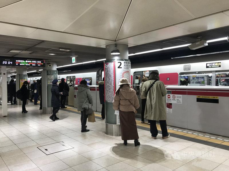 日本東京都的地鐵大江戶線列車駕駛發生群聚感染,從去年底到今年初有38人確診武漢肺炎,導致列車減班3成。經過調查,問題可能出在宿舍的水龍頭。圖為1月8日本地鐵東京都營的大江戶線月台。中央社記者楊明珠東京攝 110年1月14日