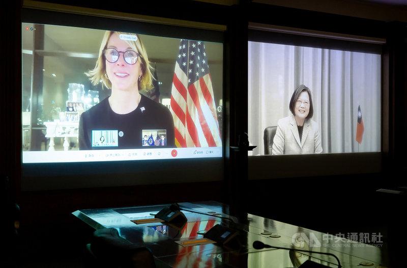 總統蔡英文(右)14日與美國駐聯合國大使克拉夫特(Kelly Craft)(左)視訊會談,對克拉夫特這次無法來台表示惋惜,期待未來能在台灣見面。(總統府提供)中央社記者謝佳珍傳真 110年1月14日