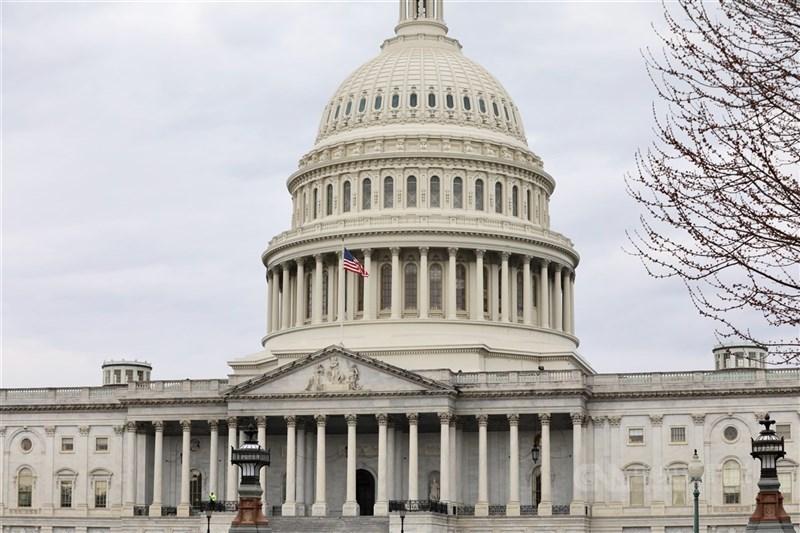 川普13日成為史上第一位2度遭到彈劾的美國總統,聯邦眾議院以232票對197票通過彈劾案,其中有10位與川普同黨的共和黨議員倒戈,投下同意票。圖為美國國會大廈外觀。(中央社檔案照片)