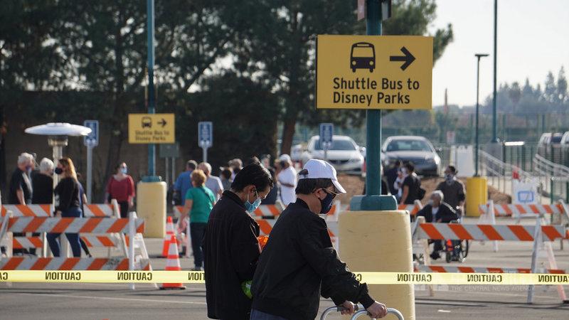 為了加速疫苗施打進度,加州橘郡與迪士尼樂園合作,13日起在停車場設立大型疫苗注射中心,預計每天為7000人注射疫苗。中央社記者林宏翰洛杉磯攝 110年1月14日