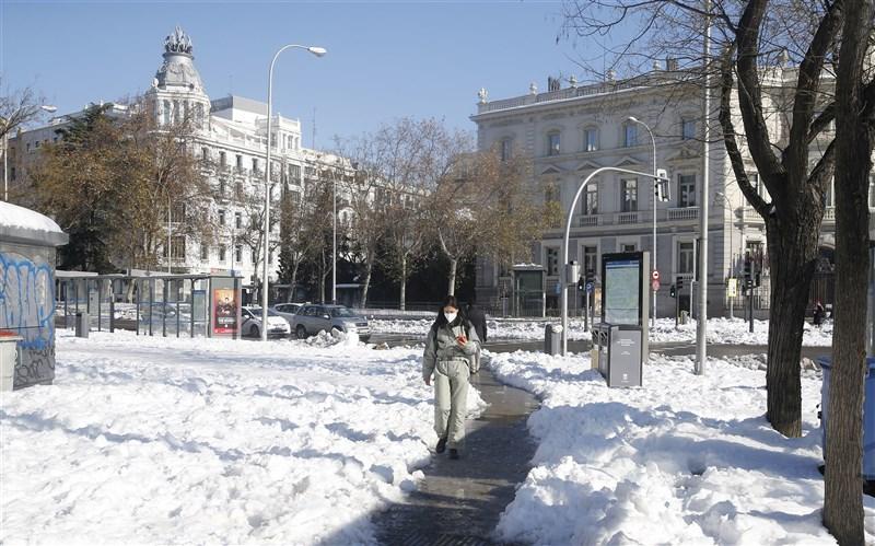 西班牙13日通報新增3萬8869起武漢肺炎病例,創下疫情開始以來單日最高紀錄。圖為11日西班牙馬德里街頭。(安納杜魯新聞社)