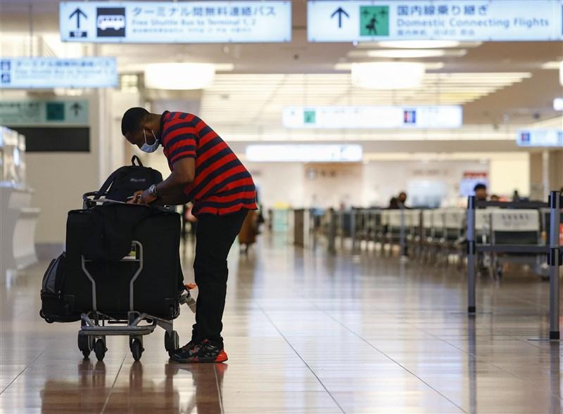 日本10日從4名來自巴西的旅客身上,檢出不同於英國與南非變種病毒的全新武漢肺炎變種病毒;研判來源是巴西亞馬遜州。圖為東京羽田機場旅客。(共同社)