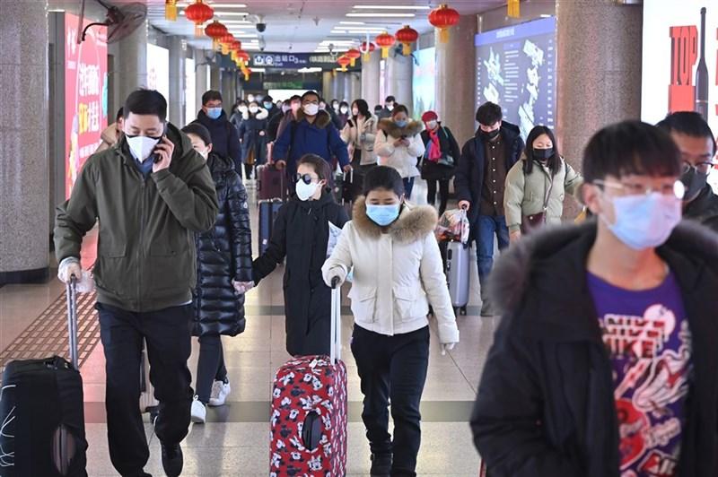 中國多地近日疫情轉趨嚴峻,許多社區或企業積極宣導「就地過年」。圖為去年1月30日北京西站春運返程人潮。(中新社)