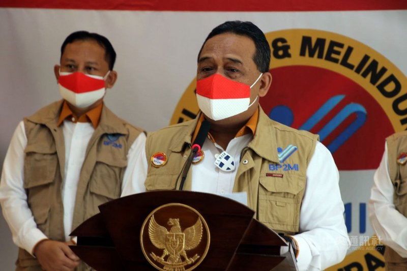 印尼海外移工安置暨保護局局長本尼(右)15日宣布,移工零付費政策延後至7月15日實施。屆時若無法實施,他將會辭職。中央社記者石秀娟雅加達攝 110年1月15日