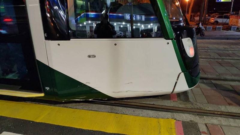 高雄輕軌大南環線12日下午4時通車,13日晚上列車要駛進C35車站前遭機車撞擊,列車車頭輕微受損。(民眾提供)中央社記者王淑芬傳真 110年1月14日