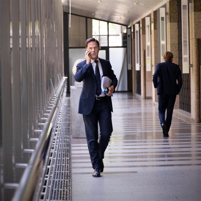 荷蘭公共電視台報導,針對兒童補貼管理不當的缺失,總理呂特(前)領導的政府15日集體辭職。(圖取自facebook.com/markrutte)