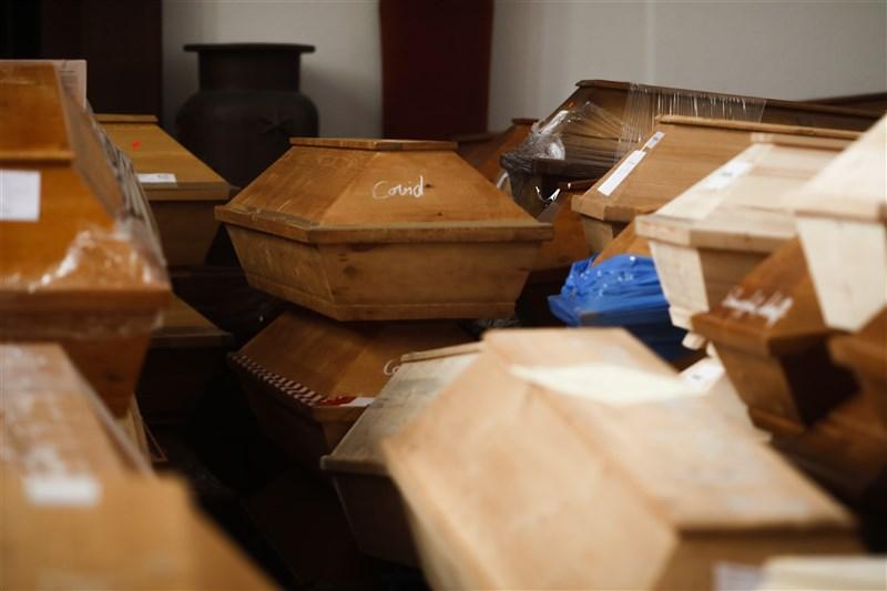 武漢肺炎疫情蔓延全球,15日德國累計確診病例超過200萬。圖為14日德國疫情惡化,位於德國薩克森邦麥森市的火葬場中堆滿了上百具等待火化的棺材,裡面為染疫去世的人。(美聯社)