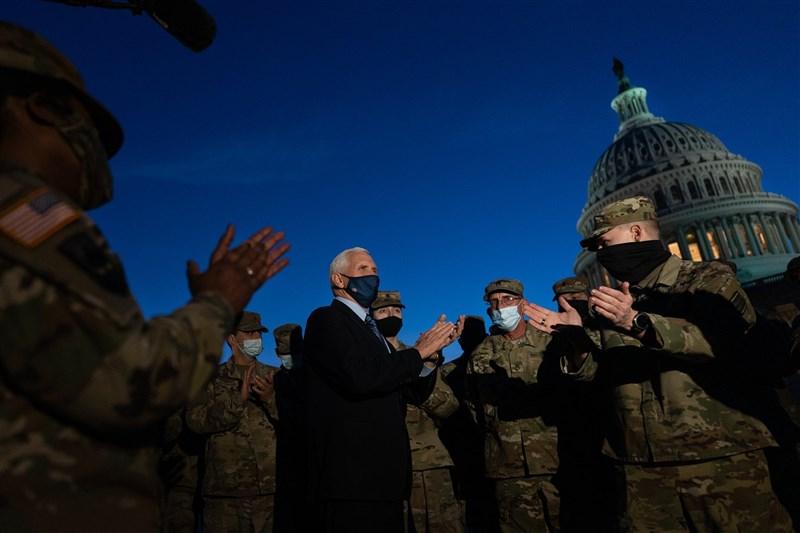 美國副總統彭斯(中)14日誓言維護美國歷史並確保政權安全轉移給拜登,他也與進駐國會大廈的國民兵會面,感謝他們在「國家危急存亡的關鍵時刻」維護安全。(圖取自twitter.com/mike_pence)