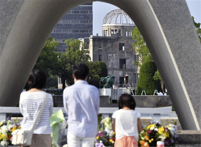 日本廣島縣政府為阻止武漢肺炎疫情擴散,將針對廣島市民等對象篩檢80萬人,規模罕見。圖為日本廣島和平紀念公園8月舉辦紀念活動,民眾在罹難者慰靈碑前默禱。(共同社)