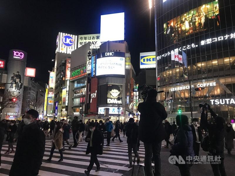 日本大阪府17日新增1161起2019冠狀病毒疾病確診病例,連5天單日新增逾千例;東京都新增759例,創3月21日以來新高。圖為東京街頭。(中央社檔案照片)