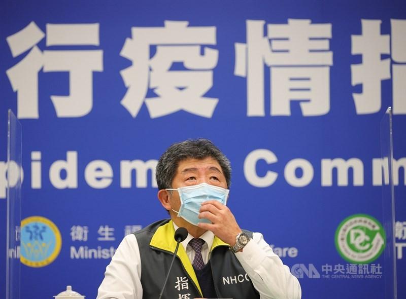 指揮中心指揮官陳時中(圖)近日隨時都戴著口罩又頻咳嗽,引發關注。他16日坦言感冒了,有發燒症狀,採檢為陰性。中央社記者謝佳璋攝 110年1月16日