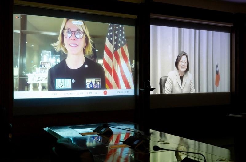 學者分析,從美國角度來看,蔡英文(右)在美台及兩岸關係方面,一直都是一個「負責任的掌舵者」。圖為蔡總統14日與美國駐聯合國大使克拉夫特(左)視訊會談。(總統府提供)