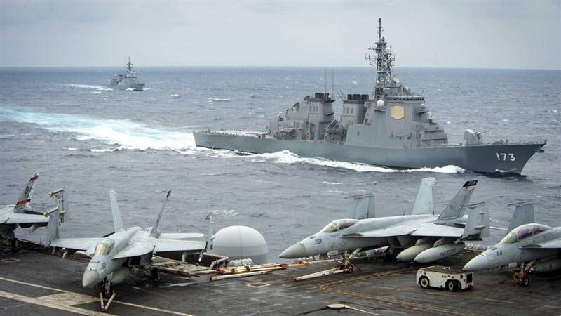 美國海軍航空母艦羅斯福號率領的打擊群,15日與日本海上自衛隊舉行聯合軍演。圖左後為驅逐艦朝日號,圖右前為飛彈驅逐艦金剛號。(圖取自twitter.com/uspacificfleet)