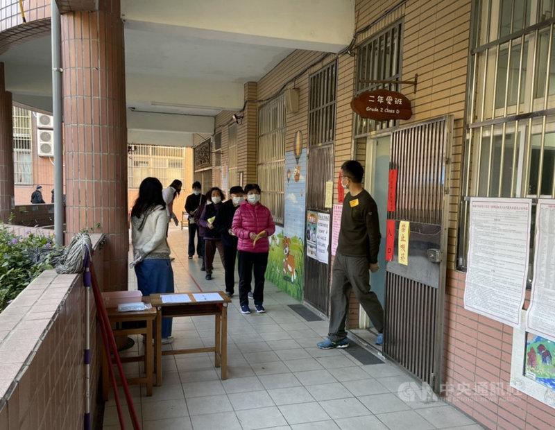 桃園市議員王浩宇罷免案16日投票,民眾上午8時起陸續到投開票所投票。中央社記者葉臻攝 110年1月16日