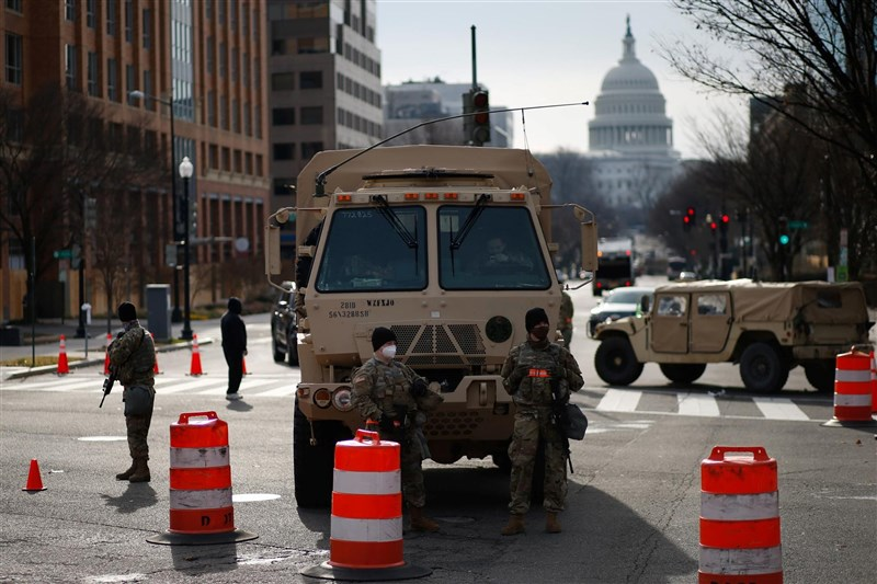 CNN報導,執法消息人士稱,一名維吉尼亞州男子持假的總統就職典禮證件及上膛手槍,15日傍晚在華府市中心試圖通過警方檢查站時被捕。圖為16日國民兵在國會大廈附近加強維安。(路透社)
