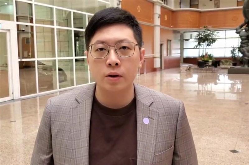 民進黨籍桃園市議員王浩宇罷免案16日通過,他17日在臉書發文表示,終於能放下近期龐大的壓力,也會把一些時間留給自己檢討、反省,繼續為台灣努力。(中央社檔案照片)
