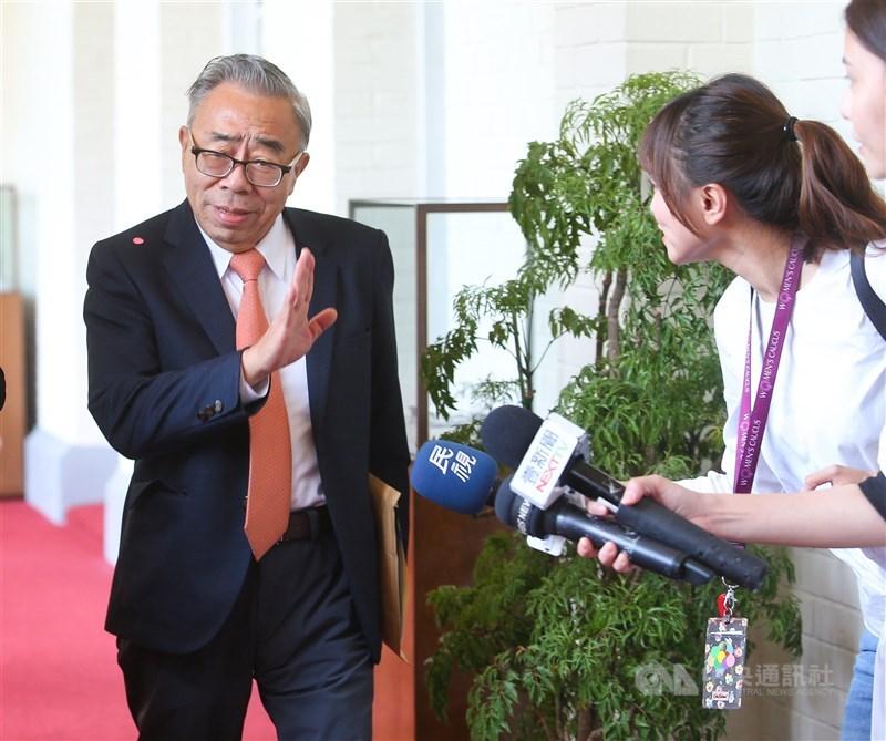 台塑集團總裁王文淵(左)18日拍板除了3.66個月本薪的年終獎金,不額外發放紅包慰勉金。(中央社檔案照片)