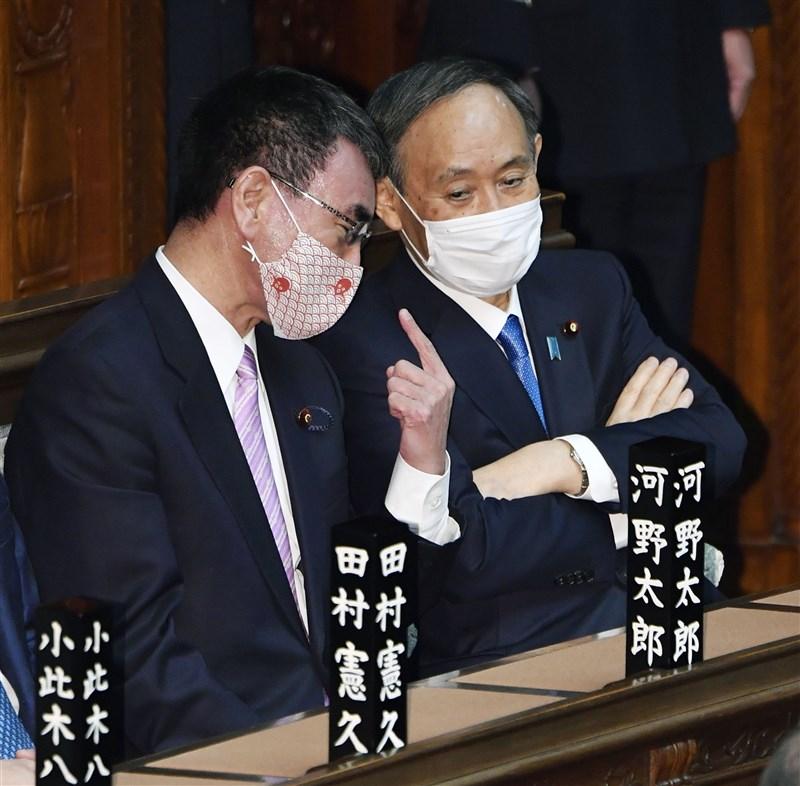 日本首相菅義偉(右)18日表示,盡量在2月下旬前做好民眾接種武漢肺炎疫苗的準備。晚間他任命行政改革大臣河野太郎(左)兼任新設的「疫苗協調大臣」。(共同社)