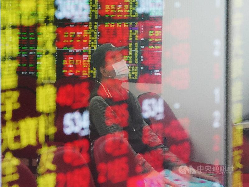 台積電18日股價止跌反彈,早盤股價一度達新台幣565元,漲16元,市值增加4148億元,達14.65兆元。(中央社檔案照片)