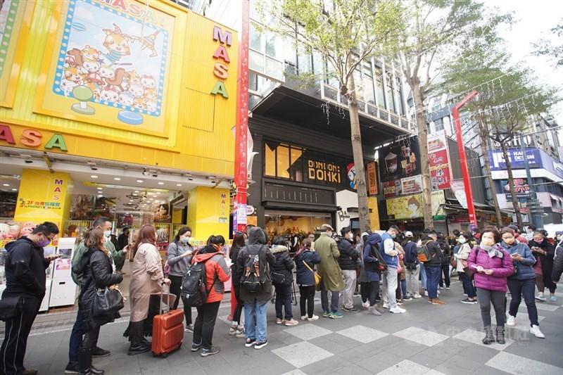 台灣遊客赴日必逛的日本連鎖生活雜物賣場「驚安殿堂‧唐吉訶德」,台灣首號店「DON DON DONKI西門店」19日正式開幕,由於店內控管進場人數,民眾排隊等待入場。中央社記者徐肇昌攝 110年1月19日