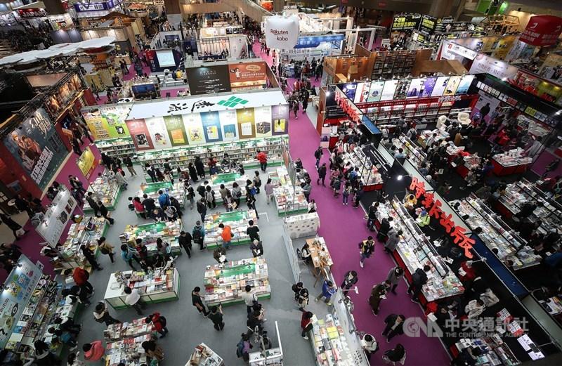 台北國際書展將於26日開展,疫情指揮中心19日建議無法嚴格執行防疫的大型活動停辦,台北書展基金會表示,會做好萬全準備,書展將如期舉行。圖為2019年台北國際書展。(中央社檔案照片)