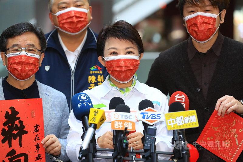 因應疫情,台中市政府宣布取消中台灣元宵燈會、發小紅包等春節應景活動,台中市長盧秀燕(中)20日表示,元宵燈會不舉辦,但小提燈仍會發放。中央社記者郝雪卿攝  110年1月20日