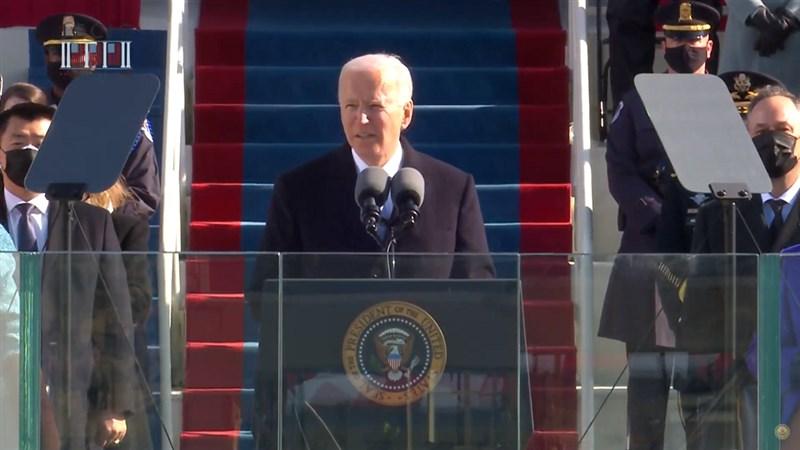 美國總統當選人拜登(中)20日正式上任,在就職演說重申團結重要性,並誓言做全民總統,帶領全國共同度過疫情危機。(圖取自Biden Inaugural Committee YouTube頻道網頁youtube.com)