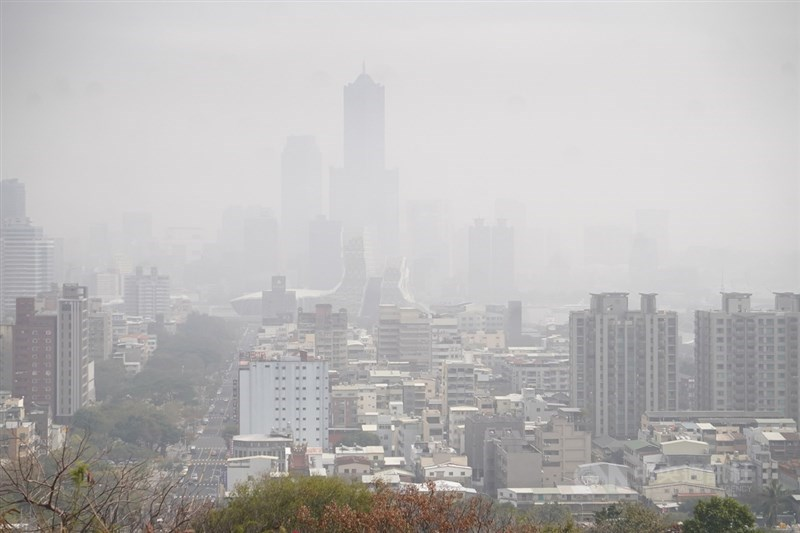 環保署21日空氣品質監測網,共18測站空氣品質達紅色警示等級,主要集中在雲嘉南、高屏等地區。圖為21日高雄市空氣品質不佳,天空一片霧茫茫。中央社記者董俊志攝 110年1月21日