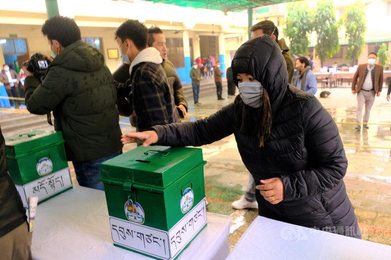 中共在西藏進行專制與高壓統治,流亡到印度的藏人一直尋求能讓西藏恢復獨立自主的地位,且在印度致力於民主制度,希望有一天把民主帶回到西藏。圖為新德里藏人3日投票選舉司政和議員。(資料照片)中央社記者康世人新德里攝  110年1月22日