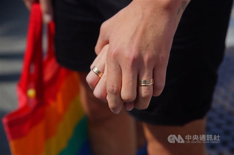 台灣與澳門籍同性伴侶信奇與阿古赴戶政機關申請登記結婚遭拒,提告請求准許登記,法院6日判他們勝訴。(中央社檔案照片)