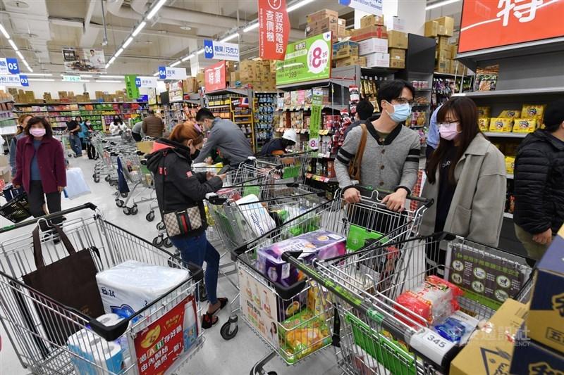 新台幣強勢升值,部分賣場對進口商品做出幅度不等的折價,或是搭配促銷活動回饋消費者。圖為新北市蘆洲區一家大賣場的採買民眾。(中央社檔案照片)