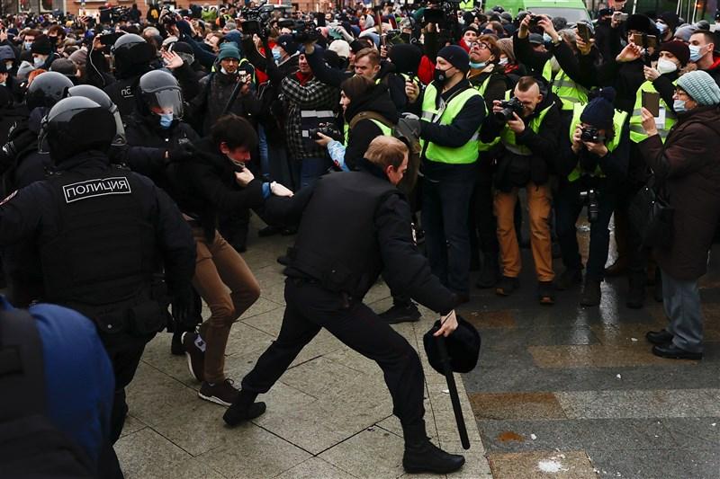 俄羅斯全國各地23日有數以萬計民眾走上街頭,譴責克里姆林宮統治,並要求釋放反對派領袖納瓦尼,超過3000人被捕。(安納杜魯新聞社)