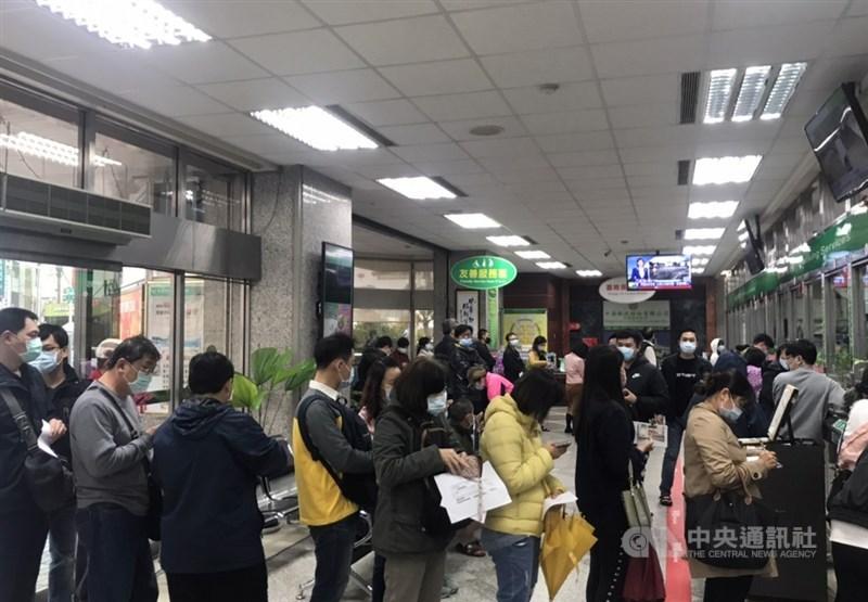 臺灣產險熱銷防疫保單將於25日下午5時停售,產險業務員表示,太多民眾想搶搭末班車,各銷售通路收件忙翻天。圖為花蓮國安郵局23日湧入匯保費民眾。(中央社檔案照片)