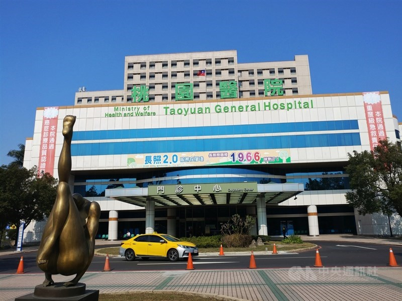 桃園市26日宣布針對醫護人員推出補償辦法,凡是因為醫療照顧而確診發給慰問補償金10萬元,居家隔離則為3萬元。圖為桃園醫院外觀。中央社記者施宗暉攝 110年1月26日