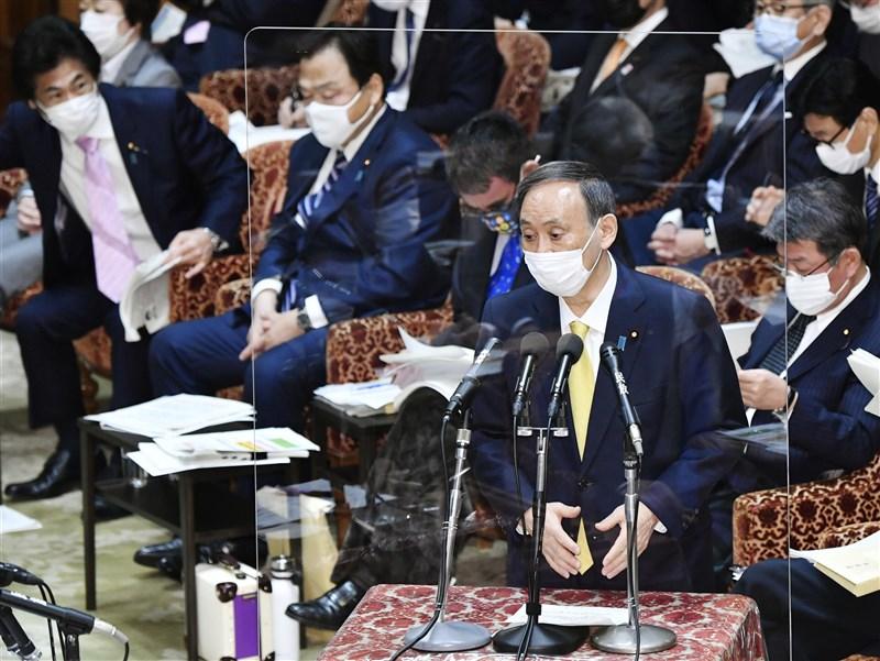 NHK報導,日本首相菅義偉(前)26日表示,對於發生確診武漢肺炎者無法立刻在醫院治療,「身為負責人,感到非常抱歉」。(共同社)
