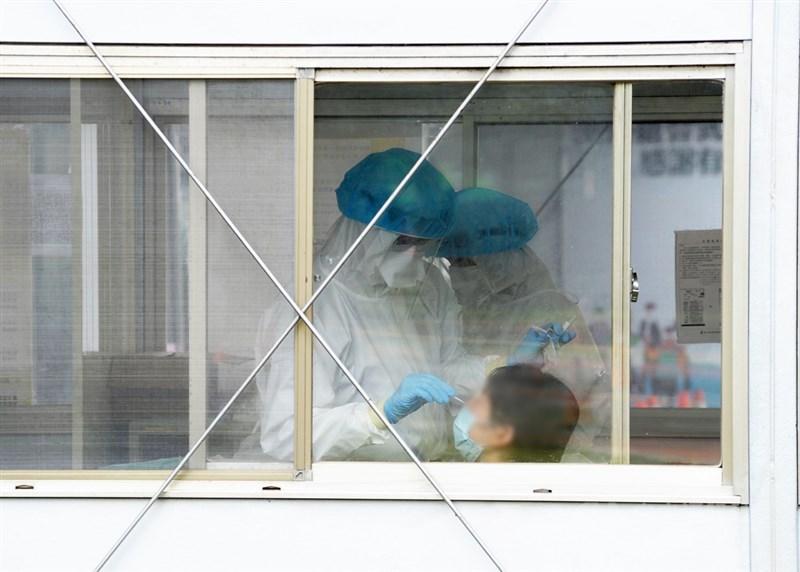 桃園醫院群聚感染者案889、890感染源釐清中,疫情指揮中心已緊急對大外科213人進行抗體檢測,釐清曾否有人染疫。(中央社檔案照片)