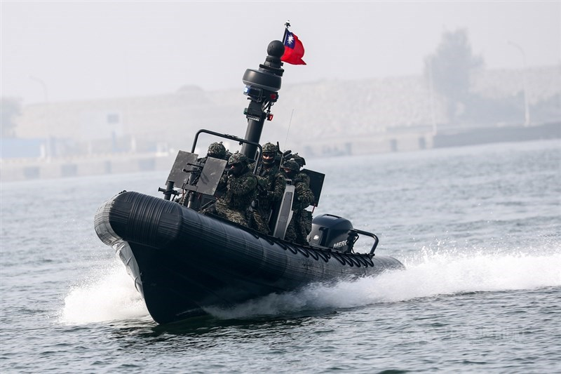 國軍春節期間加強戰備,海軍27日在左營軍港舉行反特攻操演,海軍陸戰隊駕駛操控M109新式突擊艇在海上快速推進。中央社記者王騰毅攝 110年1月27日