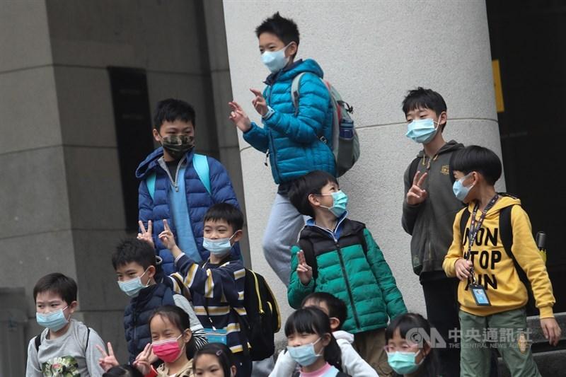 強烈大陸冷氣團南下,中央氣象局28日針對台北市等15 縣市發布低溫特報,28日晚至29日上午局部地區有攝氏10度以下氣溫(黃色燈號)發生的機率。中央社記者吳家昇攝 110年1月28日