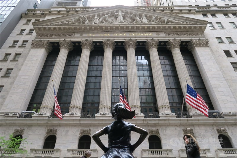 美股27日重挫,3大指數跌幅都超過2%;道瓊指數下跌633點,創3個月來最糟表現。圖為紐約證交所外觀。(中央社檔案照片)