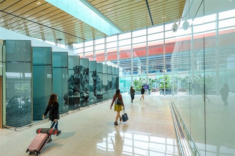 越南近日通報一例來自台灣的武漢肺炎境外移入個案,疫情指揮中心針對個案在台4名接觸者採檢,PCR、抗體檢驗均陰性。圖為雲屯機場入境旅客。(圖取自facebook.com/CanghangkhongQuocteVanDon)