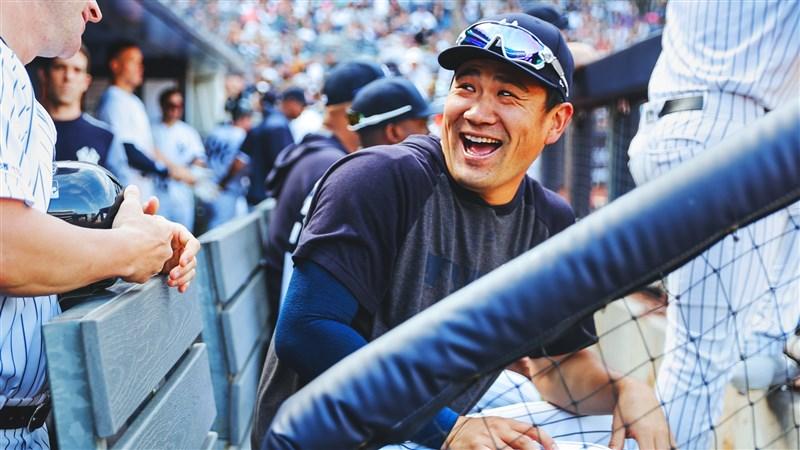 日媒報導,今年32歲的日籍投手「神之子」田中將大(中),在結束與美國職棒大聯盟洋基隊的7年合約後成為自由球員,將重返日本職棒老東家東北樂天金鷲隊。(圖取自facebook.com/Yankees)