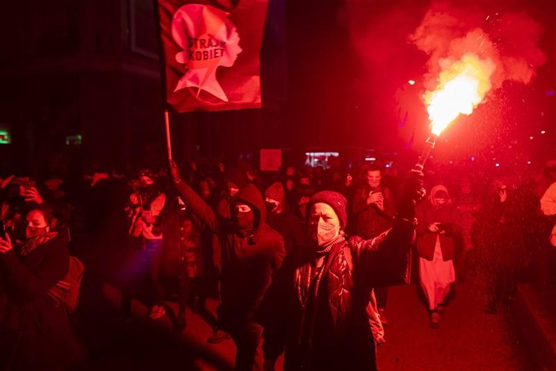 波蘭憲法法院幾乎完全禁止墮胎的爭議性裁決27日生效,數千民眾不顧防疫禁令上街抗議。(法新社)