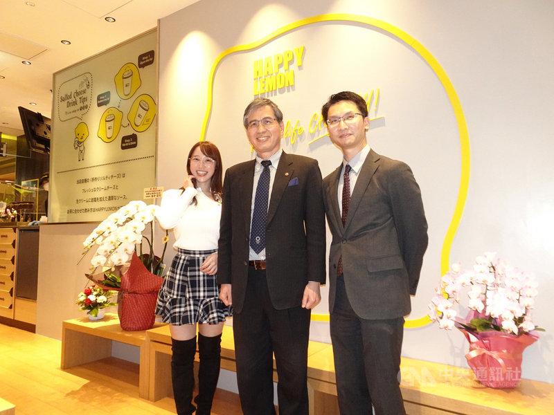 台灣貿易中心東京事務所所長陳英顯(中)出席快樂檸檬(總監林太一,圖右)新店鋪開幕典禮。陳英顯說,在飲料市場,珍奶沒退燒的問題,會和咖啡一樣,長期占有一席之地。中央社記者楊明珠東京攝 110年1月29日