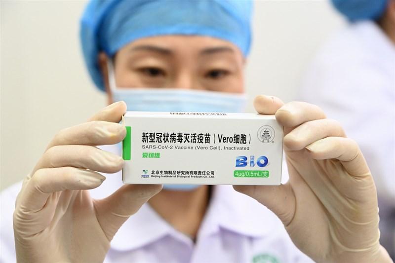 疫情指揮中心指揮官陳時中29日表示,目前已知的3支中製疫苗綜合效益都不佳,若真要使用也要考慮修法問題。圖為北京生物研發的武漢肺炎疫苗,日前上海疫苗專家陶黎納在微博發文稱這款疫苗有73種副作用「是世界上最不安全的疫苗」,引發熱議。(中新社提供)